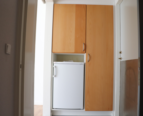 Plads til mad i køleskabet og tøj i de andre skabe.